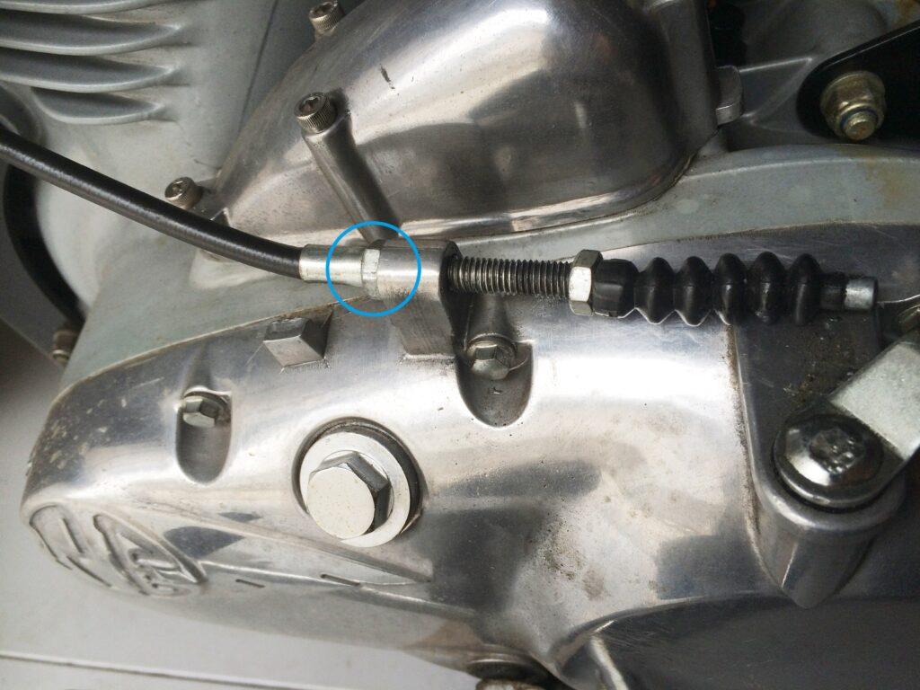 エンジン側のクラッチケーブル