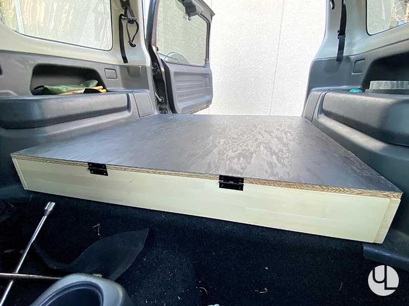 シートを貼った床板を枠に蝶番で枠に取り付け